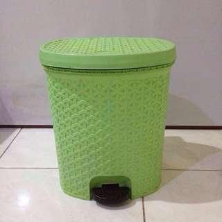 Tempat Sampah Plastik Motif Anyam
