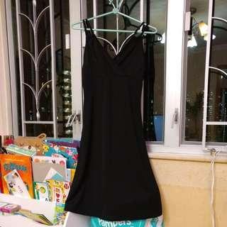 黑色吊帶裙,有小披肩,背面有利是,有彈性。