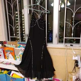 黑色吊帶長裙,有珠片。