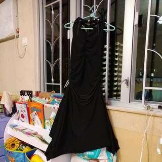 黑色長裙,衣領,後面綁帶。有彈性。