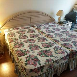 King bed with night stands and lamps