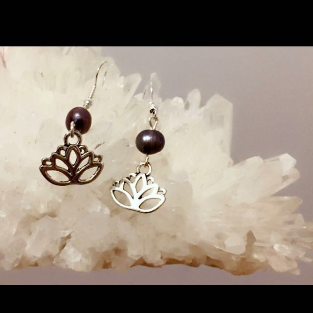 Handmade earrings dyed Black Freshwater Pearl And Silver Plated Lotus