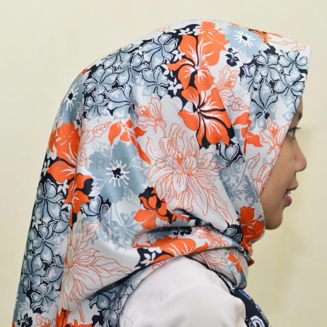 Hijab segiempat grey floral motif