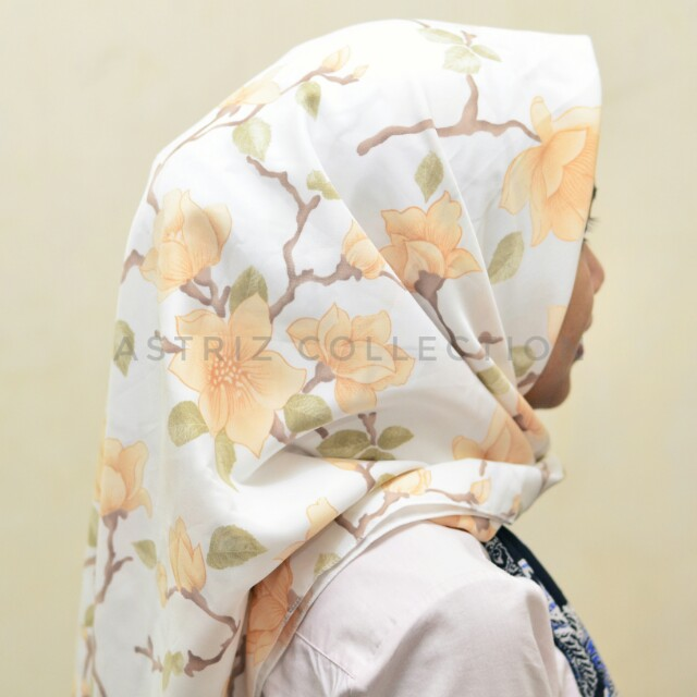 Hijab segiempat soft white flower motif