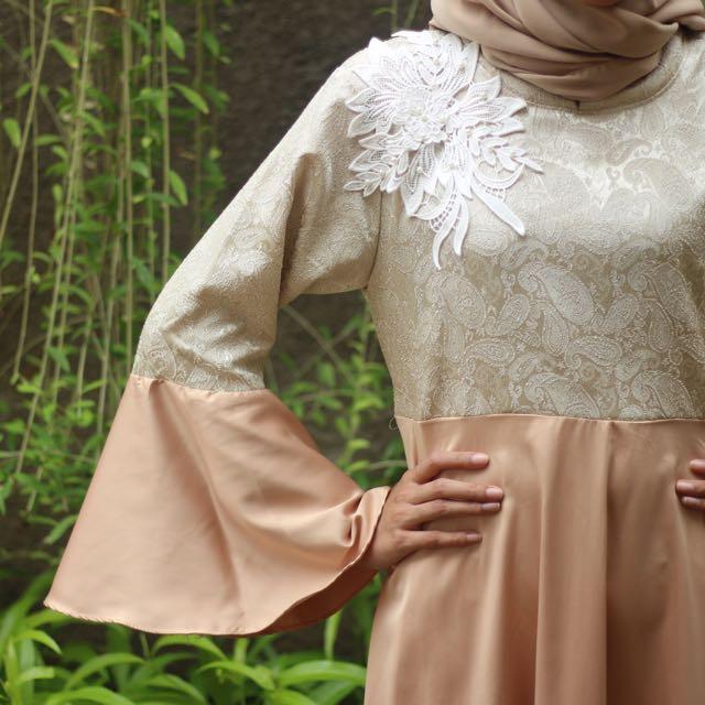 Queenera Dress Gold