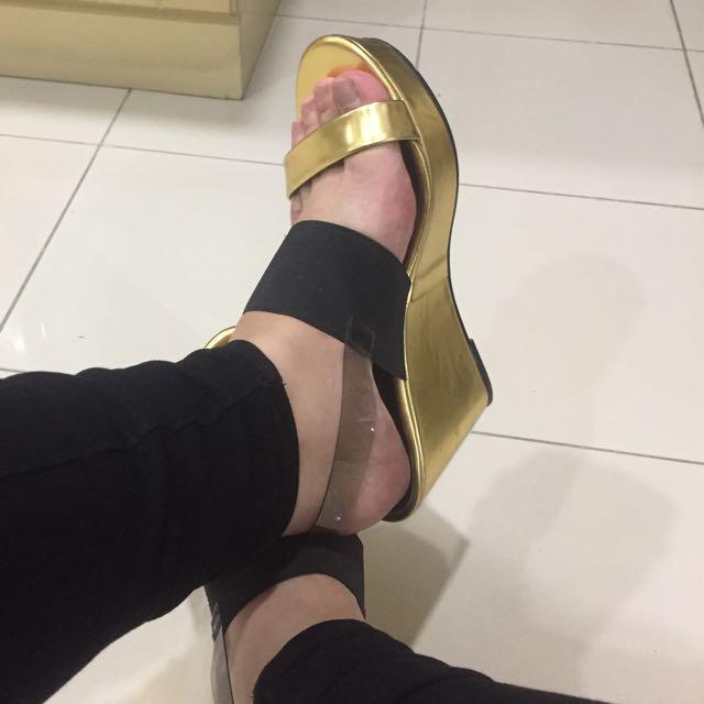 VnC Gold Pumps/Heels