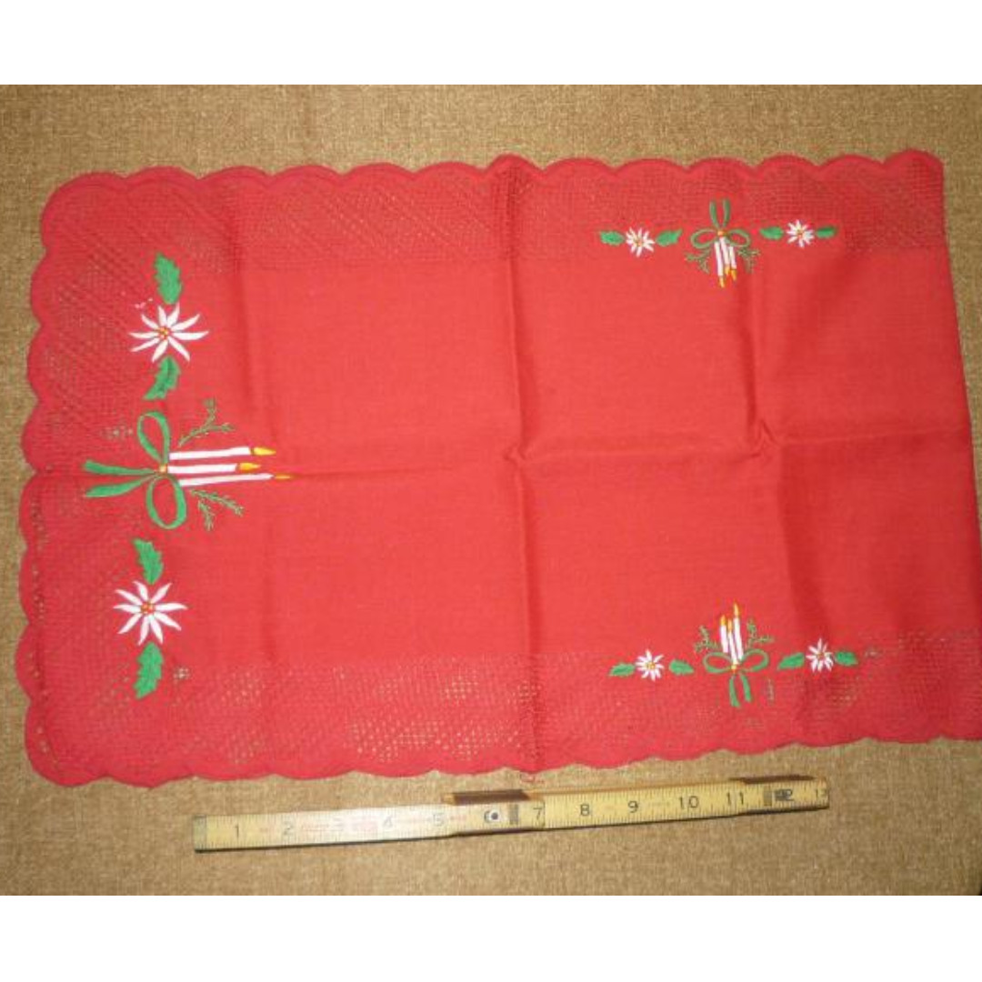 Xmas decor: red table runner