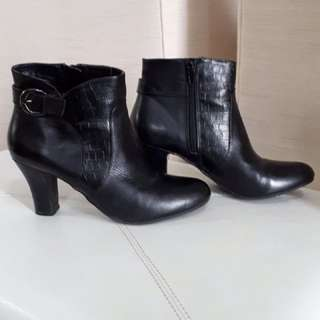 BLACK LEATHER BOOTS SZ. 6.5 ((LIGHTLY USED))