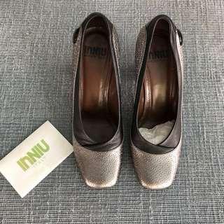 INNIU ITALY Pewter Mettalic Grey with Black Trim Textured Blocked Heel Pumps