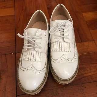 白色圓頭綁帶紳士鞋鬆高鞋款