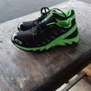 Sepatu sport salomon