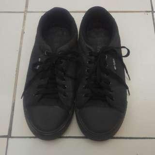 Sepatu Hitam Tali Polos