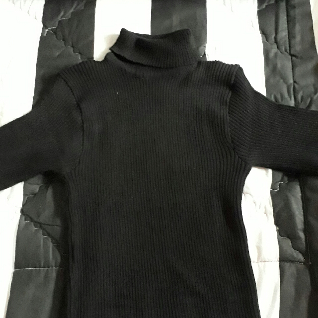 Black Turtleneck Lengan Pendek