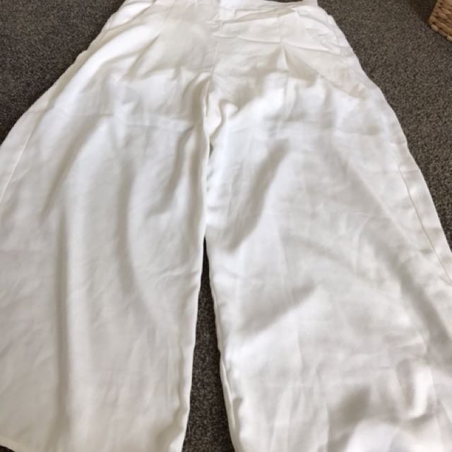 White 3/4 flowly pants from mirrou size m