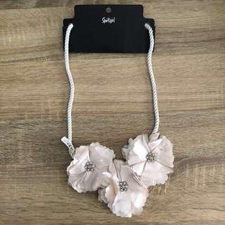 $25 BNWT - Sportsgirl cream flower statement necklace
