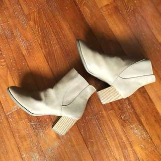 Tan boots in size AU 9