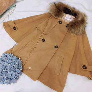 VIVI雜誌 LENA款貉子毛領排釦斗篷式外套駝色大衣
