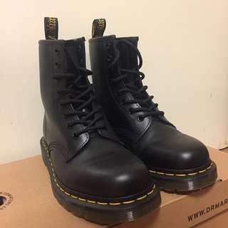 🚚 99.9%新 Dr.Martens 8孔黑色馬丁靴 1460