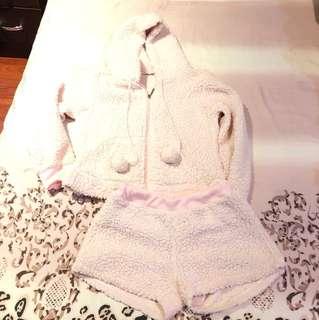 ㄧ套的粉色可愛羊羔毛褲裝