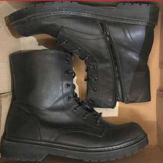 Rusty Lopez black boots