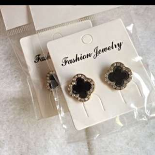 Black clover shaped earrings