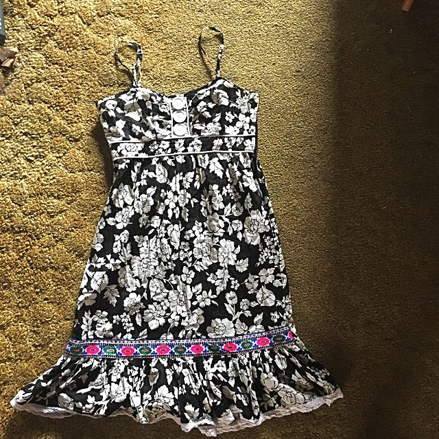 Cotton dress with flower pattern over knees