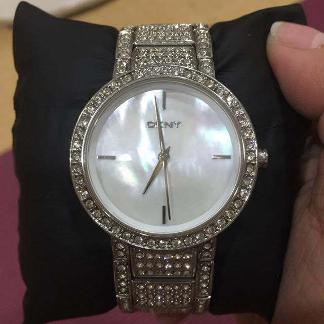 DKNY貝殼面水鑽手錶