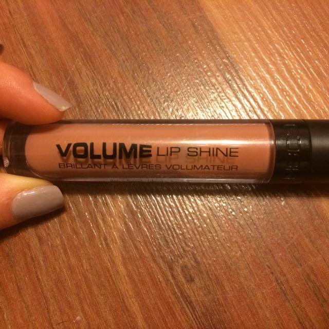 Nude lip gloss