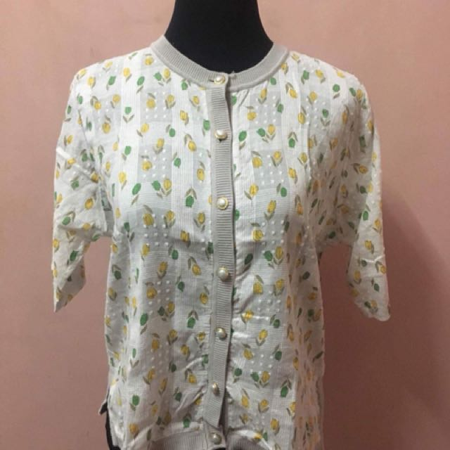 Preloved White cotton floral detail top with pearl buttons