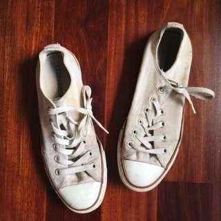Well worn cream Converse size 39