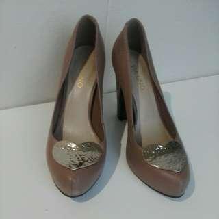 Via uno size 7 (38) brown genuine leather heels