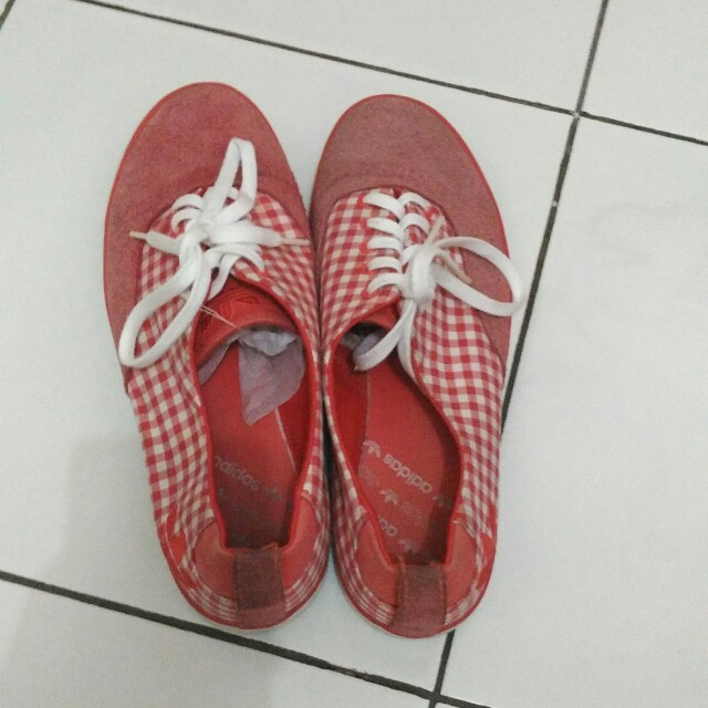 Sepatu adidas merah