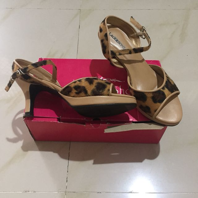 Sepatu corak leopard