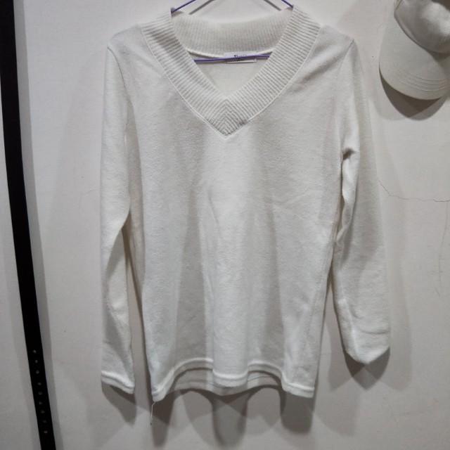 白色v領毛衣