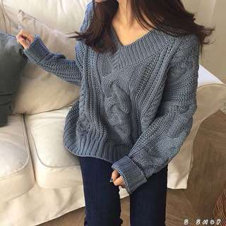 🔹 簡約寬鬆大V領麻花針織毛衣