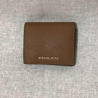 🚚 Michael Kors 經典logo 防刮皮革扣式短夾 有零錢袋