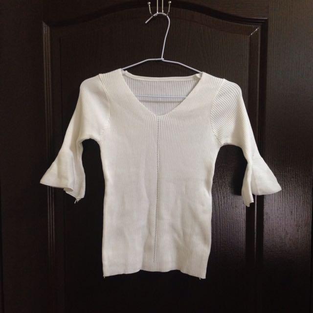 白色喇叭袖針織上衣