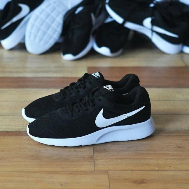 newest e2c43 c0cb3 Nike Tanjun Black White Original, Men's Fashion, Men's Footwear on Carousell