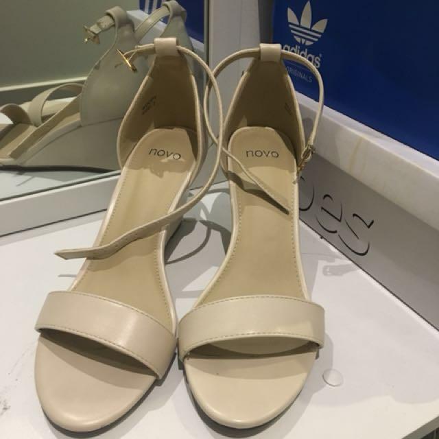 White wedge sandal size 7 from Novo