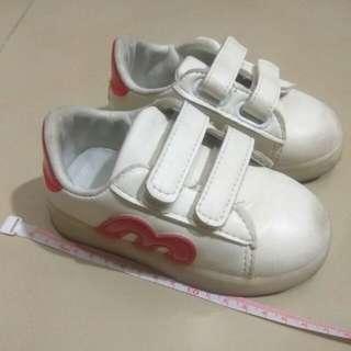 Boy's white light shoes