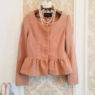 日本專櫃品牌 Misch Masch 蜜桃裸粉色系 收腰荷葉抓摺下擺 優雅氣質上衣美衫小外套