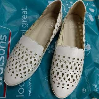 白色雕花尖頭鞋