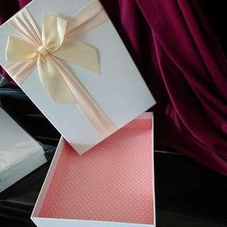 禮物盒二個及袋一個