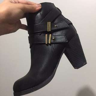Novo black boots
