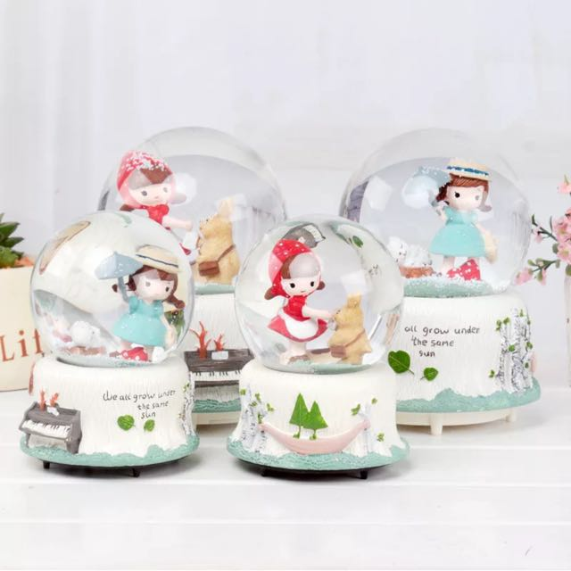 (BNIS) Little Red Hat Musical Snow Globe