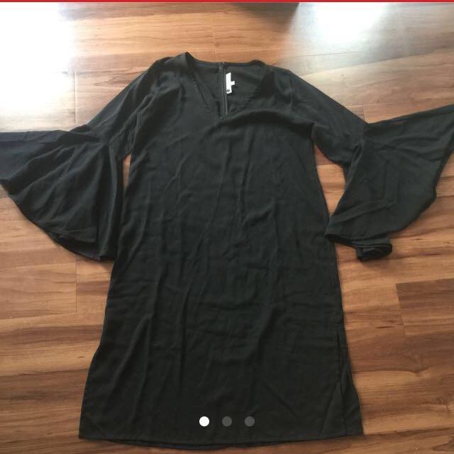 Di CARI !!! Dress hitam model sama persis. Lebar tangan juga seperti ini. Kalau ada yg punya tolong chat ya. Sama persis model nya dan detail tangannya