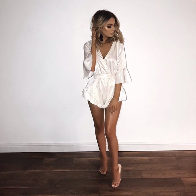 NWT MISSGUIDED WHITE SILKY FLUTTER SHORT DETAIL PLAYSUIT SIZE 2