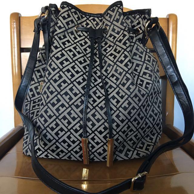 📌SOLD📌🎉REPRICED🎉Tommy Hilfiger drawstring jacquard bag