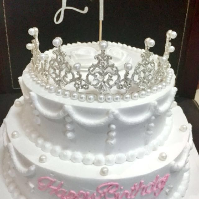2 Layer Crown Birthday Cake Food Drinks Baked Goods On Carousell