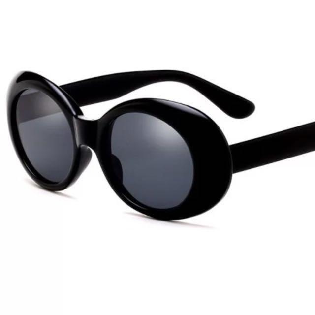 Black oval retro sunglasses